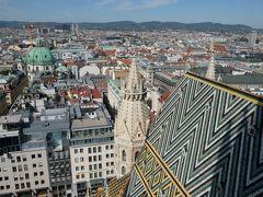 西の方角を望みます。 緑色のドームはペーター教会。 シュテファンの特徴的な屋根が身近に見えます。