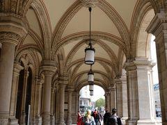 オペラ座のバルコニー下の歩道を進み交差点へ。