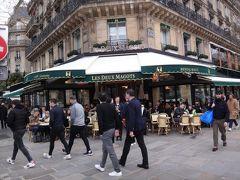 フランス・パリ【LES DEUX MAGOTS PARIS】  パリのサン=ジェルマン=デ=プレにある【カフェ・レ・ドゥ ・マゴ】 の写真。  このようにパリは新型コロナウイルスなんて関係なく、 いつも通り賑わっています。誰もマスクをしていません。 新型肺炎を気にしていたとしても、見た目は通常通り過ごしているように 見えました。  フランス人も風邪なのか、花粉症なのか咳込んでいる人が 何人もいました。 遠くからこちら側に歩いてくる場合でも、くしゃみをする際はみなさん 顔を横に向け、腕で飛沫が飛ばないように注意しています。 日本人はマスクをした上から手で覆ってくしゃみをすることが多い。 そういう方はしょっちゅう手洗いをした方がよいです。 (菌が手に付いているから)  パリのホテルやレストランやショップなどではちゃんと アルコール消毒液が用意されています。  http://www.lesdeuxmagots.fr/en/