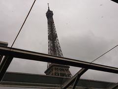 船の天井窓からエッフェル塔が見えました~