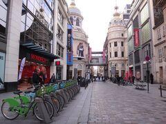 フランス・パリ『MONOPRIX』  スーパーマーケット『モノプリ』コールマルタン店の写真。  手前に並んでいるのはパリの自転車シェアリング「Velib(ヴェリブ)」、 奥は『プランタン・オスマン本店』。  デパート『ギャラリー・ラファイエット・パリ』の前など、寒い中、 どこにでも路上生活者がいて、物乞いをしています。 (コインを入れる缶が置いてある)  子連れで朝から晩まで同じ場所に座り、「お金を下さい。」と 道行く人々に声をかけている母親がいました。 結構、女性のホームレスが多いことに驚きました。あと、若者もいます。  そして、信号待ちなどをしている時に、そばにいるホームレスに お金を与える人々を何人も見かけました。(東京ではあまり見ない光景)  自分や家族がコロナウイルスに罹らないためには、終息するまで 家族全員どこにも出かけないことが一番です。 でも皆がみんなそのような生活をすることは無理ですよね。 生活が成り立たない。 このまま外出自粛ほか、さまざまな自粛要請が長引いて、経済崩壊が 起き、失業者が増え、路上生活者が街にあふれる可能性も 否定できません。