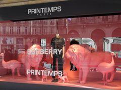 フランス・パリ『Printemps Paris』  『プランタン・パリ』のショーウインドーの写真。  「バーバリー」のディスプレイ  http://departmentstoreparis.printemps.com/en
