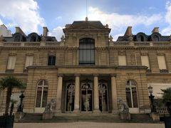 フランス・パリ『Musee Jacquemart-Andre』  『ジャックマール=アンドレ美術館』の外観の写真。  パリでは多くの人々が訪れる美術館や建物、長蛇の列に並ぶ必要のある 場所へは行きませんでした。コロナウイルスが怖いから。。  やはり最も心配だったのは空港と飛行機やバスなどの密閉された空間と、 ホテルのブッフェ会場。日本はもっと怖いけど。 都内は在宅勤務の方が増えました。でも職場に行かなければならない人 もいて、時差出勤のため、変な時間でも会社員がたくさん。 ほとんどの方が気休めと分かっていてもしっかりとマスクをしています。