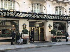 フランス・パリ『Le Bristol Paris』  憧れていた『ホテル ル ブリストル パリ』のエントランスの写真。  フランスのアール ド ヴィーヴルを見事に体現したル ブリストル パリ は、ラグジュアリーホテルならではのサービスと上品さを備えた、 他に類のないホテルです。パリのアートとファッションの中心地である エレガントなフォーブルサントノレ通りに位置し、 1925年からゲストの皆様をお迎えしてきました。 18世紀フランス様式の装飾を施した改装済みの客室とスイートを ご提供しています。ル ブリストルのフランス式庭園を望む ミシュラン3つ星レストラン「エピキュール」では、料理長 エリック・フレションが創作する極上のお料理をご提供しています。 豪華なミシュラン1つ星ブラッセリー「114 フォーブル」では、 居心地の良い雰囲気の中でお食事をお楽しみいただけます。 「ル カフェ アントニア」はアフタヌーンティーのほか、気軽な ランチやディナーにご利用いただけます。 「ル バー デュ ブリストル」は、パリのナイトライフを体験できる 注目のスポットです。また、パリの街を眼下に一望するプールや、 「ザ スパ ル ブリストル by ラ プレリー」もぜひご利用になり、 パラスホテルならではの極上の滞在をご堪能ください。   https://jp.lhw.com/hotel/Le-Bristol-Paris-Paris-France