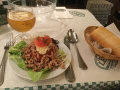 初日の夜ご飯は予約しておいた、シェ・レオンにて。  19時に予約入れてちょっと早めに着いたけど、問題なく入れました。 19時過ぎたら、わ~~~と混んできました。  ココが初ビール。 前菜のトマトとエビの「トマト・オー・クルヴェット 」