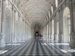 こちらですー。宮殿ないにある大回廊【ガレリア・グランデ】ですー('ヮ' ) どうです、この白亜の回廊はー?('ヮ' ) モノトーンのシックな色調でありながら、壮麗かつ優美なこの佇まい!ヽ(`Д´)ノ(←小さな生きものが無理してなんか難しい言葉を並び立ててますよー)