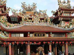 階段を登って突き当たりを左に行くと、聖明宮という立派なお寺があります。  屋根の装飾が迫力です。