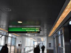 ハワードビーチ駅に到着しました。 案内ボードに従い、地下鉄へ乗り継ぎます。 こちらも快適です。