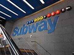 42丁目の地下鉄駅で下車し、出口・改札レベルへのエレベーターは無くとも、スロ-プくらいあるはずと、きょろきょろ。 すると、ジジババがひとつづつスーツケースを持ってきょろついていたからでしょう、ご年配のおばさまが、こっちだよとばかりに手招きしてくれました。  まだコロナの話題が広まっていなくてよかったね、なんて言いながらついていくと、ちゃんとありました。端っこに、ゆるやかなスロ-プが。 あとは、写真のエスカレーターのある出口を捜して外に出るだけだったのです。 ちなみに、42丁目と8番街との交差点まわりで、エスカレーターがあるのは、42丁目南側と、ポートオーソリティー・バスターミナル内だけだと思っています。