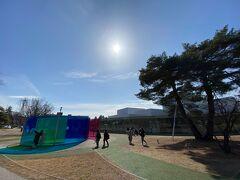 金沢21世紀美術館もやはりコロナの影響で閉館中。