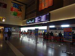 6:10に羽田空港に到着。7:10発のJAL221便・関西空港行きは、ほぼ定刻通りに出発。搭乗率は約75%で、やはり朝早い便は満席にはならないようですね。また新型コロナウイルスの影響はほとんどなかったと思います。
