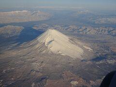 出発してから約24分、富士山の上空に到着。やはり右側の座席の方が富士山を見れる確率は高いようです。  暖冬のせいか富士山の雪は少ないみたいです。