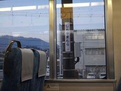 ↓ (57)下山村(しもやまむら)  この駅を出ると飯田線は飯田市内を大きく迂回します。この駅から5つ先の「伊那上郷」駅までは直線距離で2kmしか離れていません。しかし飯田線は迂回するルートの為、6.4kmもあるという面白い現象が起きています。