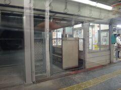 ↓ (65)市田(いちだ) ※写真なし ↓ (66)下平(しもだいら) ※写真なし ↓ (67)山吹(やまぶき) ※写真なし ↓  ※スミマセン、また寝ました(笑)  ↓ (68)伊那大島(いなおおしま) ←NOW!   目覚めたらこの駅。ちょうど目の前が駅舎だった。飯田から乗って来た高校生たちは少しづつ、降りて行く。だんだん車内は空いて来た。 おれのお腹も空いて来た(笑)