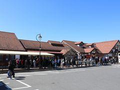河口湖駅 外国人が多い。