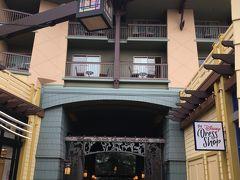こちらはディズニーグランドカリフォルニアホテルへの入口。宿泊費は高いですがディズニーに一番近いです。