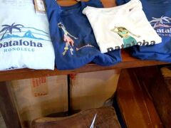 ウォールアートを満喫した後は、歩いてパタゴニアへ。 10分くらいだったかな? 店内は見事に日本人で賑わっていましたw  日本人向けのサイズはあまりありませんでした(;_;) ハワイ限定のpatalohaのレディースのTシャツ$35 お買い上げ♪