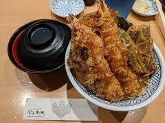 夕飯にしましょう。 ワイキキ横丁の金子半之助に。 ここ、関西人の私は存じ上げなかったのですが、東京ではいつも行列の有名なお店ということで、今回の旅行で食べようと決めていたのでした。 私は天丼に味噌汁をつけて
