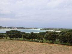 更に県道を南下して、川平湾の全景。