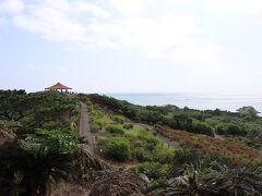 まず、空港からほど近いところにある玉取崎へ。駐車場に車を止めて、遠くに見えるのが展望台です。