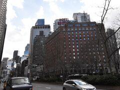ブロードウェイ、63丁目で下車しました。 リンカーンセンターに向かって左手には、エンパイアホテルが見えます。