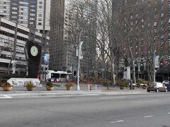 リンカーンセンター側から見た、ダンテ・パーク。 三角形の小さな公園です。 右手がエンパイアホテル。
