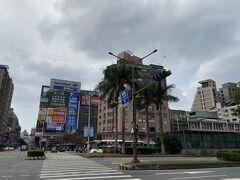 西門町近くのホテルに宿泊します。 歩いてすぐカルフールがあるのが嬉しい!