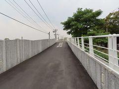 台鉄に沿って細長い公園から翠華路自行車道橋梁を上がります