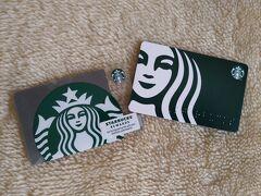 プラプラしたのでスタバでコーヒーを飲みながらひとやすみ。 カードが可愛かったのでチャージして、ここからお支払い。 $5~チャージできます。  エコの観点かコスト削減なのか、紙カードに以降しそうですね。右の大きな顔のは紙です。 日本では使えないので注意!