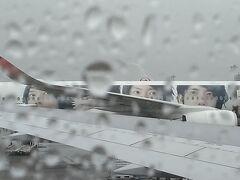 新千歳空港はあいにくの雨。隣に駐機するジェットに'嵐'の5人の顔が並ぶ。