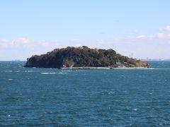 戦争中は要塞地帯だった猿島。東京湾にある自然豊富な島として週末や休日はにぎわう場所・・・個人的には釣り場として出かけていた・・・ 横須賀市役所あたりから観音崎まで整備された道路沿いには大きなSCが並び、 それらの駐車場からはよく見える。 まあ、風が強い日は危険を感じるほどだが・・・
