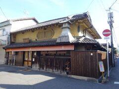 途中の中間点地点には、見たからに老舗とわかるお店(住乃江味噌池田屋本舗)があります。池田屋本舗は代々、住吉村の庄屋を務め、元禄年間(1700年)に酒造業をはじめた後、明治初期にみそ醸造を始めました。現在は20代目が継いでいる美味しい味噌のお店です。休みは日曜と水曜で、今日は残念ながら日曜で休みでした。