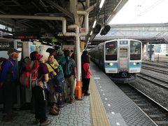 通勤電車を乗り継いで八王子駅に来ました。ここから6:35発の松本行に乗ります。早朝の都内から松本まで一気に行けるので18きっぱーに人気の列車ですが、それ以上にハイキングの人たちが多い!さすが夏山シーズンです。実は私の地元駅からは一番電車に乗ってもこの松本行には間に合わない。そこで一駅テクテク歩き、隣駅発の一番電車に乗って間に合わせたのです。ところがこの日は中央本線にトラブルがあり、この電車は山梨駅で運転打ち切り…。