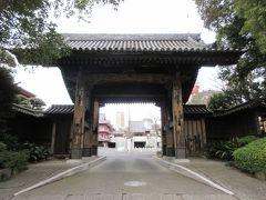 日比谷通り沿いに建つ黒門。 増上寺表門として使用されていた、江戸時代初めに建てられた四脚門です。