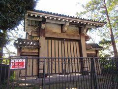 御成門。 都営三田線・御成門駅A1出口近くに建つみなと図書館前に保存されています。名前のごとく、徳川将軍が増上寺を参拝する際に利用したことから名付けられた門です。関東大震災や戦争から被害を免れた門です。近くに建つ二天門も御成門同様、被害を免れたにもかかわらず、塗り替えられてきれいになっています。なぜ御成門は修理しないのかという意見もあるようですが、門柱の土台部分がさびで崩れかけていたり、門が傾いていたりするところに歴史が感じられるので、現在のまま保管してほしいと感じました。