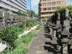 都営三田線・御成門駅から5分ほどのところに建つ安蓮社。 増上寺の塔頭でもあり、墓地には卵型をした増上寺歴代大僧正の墓が数多く並んでいます。 大僧正の墓が整然と並ぶ墓地を見るだけで圧倒されてしまいました。