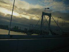 バスは横浜で1人降りて・・2人で東京へ・・ 横浜ベーブブリッジよこに まだダイヤモンドプリンセス号らしき船を見ながら レインボーブリッジ・・を渡るとあと15分ほどで東京に  人が少なく リクライニングをフルに倒し 快適な夜行バス旅でした 人が少ないから・・カーテンを少し開けても迷惑にならない??