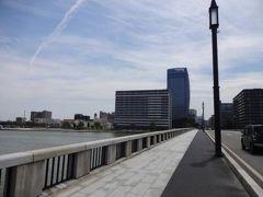 メディアシップを出て、萬代橋を渡って(奥から手前側に歩いて)橋の下に降りて 川沿いにテクテク・・・ (去年の写真です)
