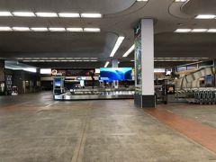 マウイに着きました。荷物をピックアップ。出口の様子が昨年2月と変わっています