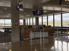 ホノルル空港離島便ターミナル。直前にゲートが変更となりました。同行者が気付いて教えてくれて事なきを得る
