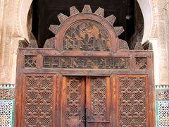 細かい木彫りの彫刻が美しい門