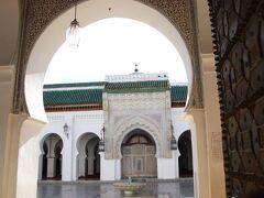 カラウィン・モスクは、859年に建造されたフェズ最大のモスク。「世界最古の大学」ともいわれ、イスラム神学だけでなく、自然科学や医学、数学、歴史、言語などさまざまな学問を学ぶ教育の場としても発展しました。