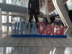 ドーハ空港のよく見るやつ。 1時間で乗り換えのため、急いで移動です。 添乗員さんも早歩き。