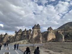 バスに乗ってキノコ岩がたくさんある場所へ移動します。 面白い形の岩がたくさんあります。