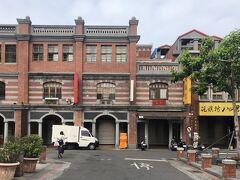 19世紀半ばからある台北で最も古い問屋街です。  20世紀初頭の日本統治時代には台湾全土から裕福な商人が集結。  ノスタルジックなバロック調の建物が並び、建物ウォッチングも楽しい。