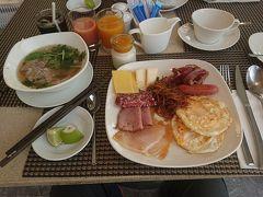 早起きしました。6:45朝食です。 今日の麺はフォーにしました。 マンゴージュースとグアバジュース。マンゴーソースのヨーグルトと今日も朝食盛り盛りです。