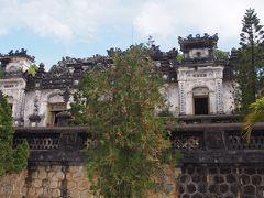 啓成殿は壁面の装飾が美しい殿内に礼拝堂と墓所がおかれています。
