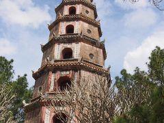 ティエンムー寺院は1601年に建立されたフエで最も古く美しい寺院です。  慈仁塔は3代ティエウチー帝が1845年に建てたもので、高さ21mある八角形の七層の塔は仏教で悟りを意味する蓮を象っています。各階には仏像の坐像が安置され、過去七仏(釈迦如来までに登場した7人の仏陀)をあらわし、最上部には釈迦如来像が安置されています。