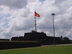 1807年、初代ザーロン帝の時代に木製で建てられたものの、その後何度か倒壊し、現在あるのは1969年ベトナム戦争中にコンクリートで再建されたものです。見張り台と砲台を兼ねるフラッグタワーは戦争時に米軍とベトコン(南ベトナム解放戦線)の間で激戦地となり、テト攻勢では争奪される度に掲げられた旗がたびたび変わったそうです。