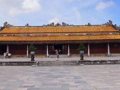 太和殿では皇帝の即位式などの朝儀がおこなわれました。女性は決して立ち入ることができず、皇后も例外ではありませんでした。内部には皇帝の玉座がおかれ、80本の柱には皇帝を象徴する龍の装飾が施されています。建築はベトナムの伝統建築である2棟連棟形式(前殿と正殿を回廊で繋ぐ方式)で建てられています。  太和殿内部は、撮影不可でした。